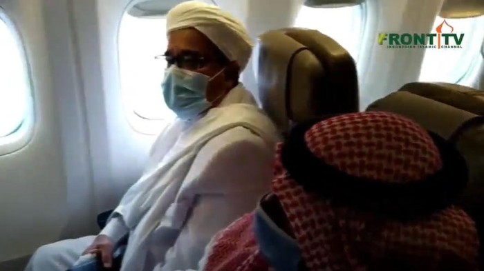 Habib Rizieq Syihab di pesawat (Dok. Screenshot YouTube Front TV).