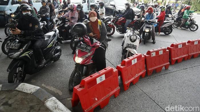Jalan Petamburan III yang menuju markas FPI ditutup. Penutupan jalan dilakukan karena sudah ramai dipenuhi simpatisan dan anggota FPI.
