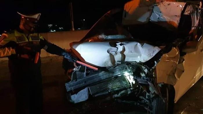 Mobil Nissan Evalia menabrak truk di Tol Surabaya-Malang. Satu orang tewas dalam kecelakaan ini.