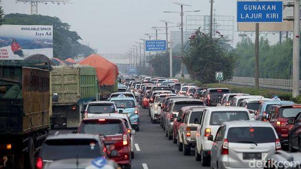 Kemacetan di Tol Cengkareng yang menuju ke arah Bandara Soekarno-Hatta, Selasa (10/11/2020).  (detikcom/ Rifkianto Nugroho)