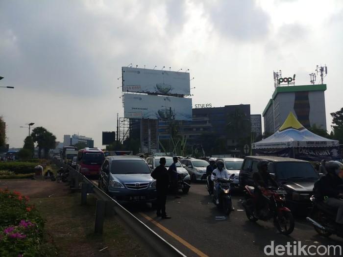 Kendaraan di Jalan Raya Bandara Soetta KM 33 diputar balik (Farih Maulana/detikcom)