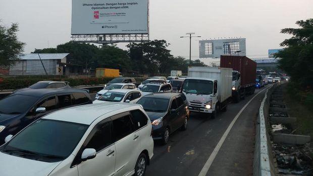Lalin di Tol Menuju Bandara Soekarno Hatta Macet Parah