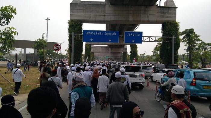 Massa pengikut Habib Rizieq tinggalkan Bandara Soekarno Hatta