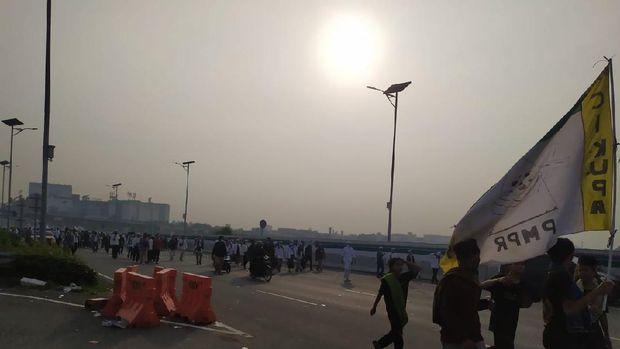 Massa Sambut Habib Rizieq Berjalan Kaki Menuju Bandara Soekarno Hatta