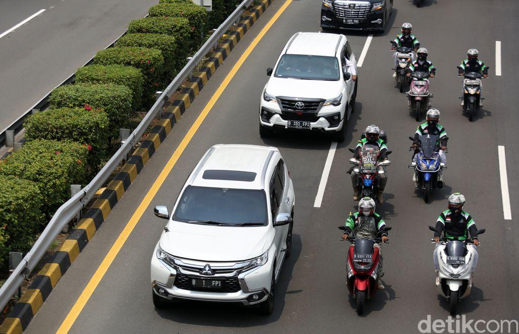 Mobil yang dikendaraai Habib Rizieq Shihab melintasi Jalan Tol Dalam Kota, Kawasan Grogol, Jakarta, Selasa (10/11). Mobil tersebut berplat nomor B 1 FPI.