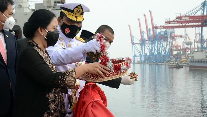 Peringatan Hari Pahlawan juga digelar di atas KRI di perairan Teluk Jakarta. Wakasal bersama Ketua DPR, Puan Maharani pun ikut tabur bunga.
