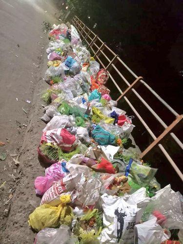 Pria Berdiri Seharian Demi Cegah Warga Buang Sampah ke Sungai.