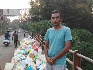 Viral Pria Berdiri Seharian Demi Cegah Warga Buang Sampah ke Sungai
