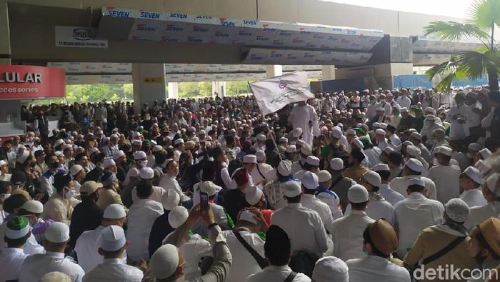 Pendukung Habib Rizieq di Terminal 3 Bandara Soekarno Hatta