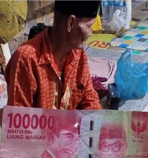 Miris! Kakek Penjual Gado-gado Ini Ditipu Pakai Uang Mainan