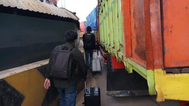 Penumpang Pesawat Jalan Kaki Lantaran Terjebak Macet Dalam Perjalanan Menuju Soekarno Hatta