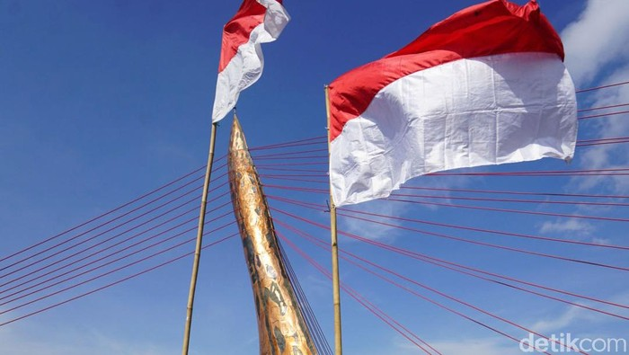 Sebanyak 30 bendera merah putih dipasang di Jembatan Keris Gilingan Banjarsari, Solo. Pemasangan bendera ini dalam rangka peringatan Hari Pahlawan.