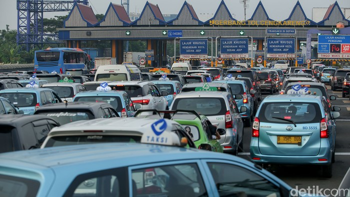 Kemacetan terjadi di tol Cengkareng selepas keluar menuju bandara Soekarno Hatta. Para penumpang pesawat yang hendak menuju bandara pun ikut terjebak macet.