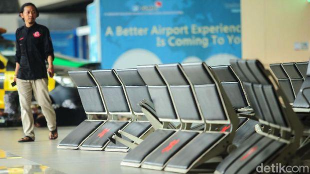 Sejumlah kursi di Bandara Soekarno Hatta nampak rusak, Selasa (11/10/2020). Kursi di Terminal 3 tersebut rusak setelah kepulangan massa Habib Rizieq.