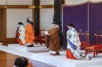 Acara peresmian dihiasi dengan ritual tradisional pedang penjaga. Dalam ritual tersebut Kaisar Jepang Naruhito menyerahkan pedang kepada Akishino, sebagai simbol keputusan penerus takhta berikutnya. (Foto: Imperial Household Agency of Japan via AP)