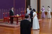 Selain Kaisar dan Permaisuri, banyak anggota keluarga kerajaan lain yang menghadiri upacara tersebut. Perdana Menteri Yoshihide Suga dan perwakilan dari kedutaan asing juga turut hadir. (Foto: Imperial Household Agency of Japan via AP)