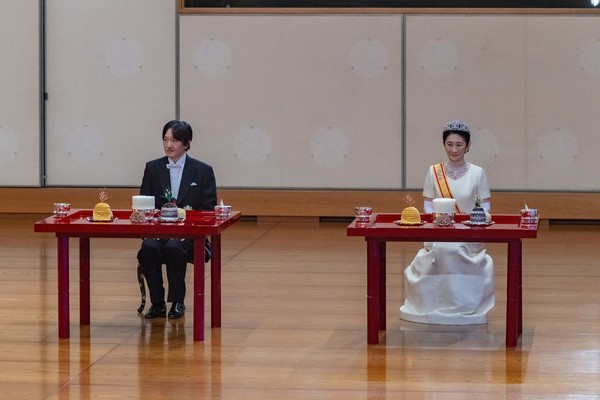 Pangeran Akishino dan istrinya Putri Kiko menghadiri upacara setelah secara resmi diproklamasikan sebagai pewaris tahkta Krisan, di Istana Kekaisaran di Tokyo, Minggu (8/11/20202). Jepang secara resmi mendeklarasikan Putra Mahkota Akishino menjadi pewaris takhta kerajaan. (Foto: Imperial Household Agency of Japan via AP)