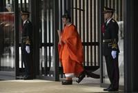 April lalu, Kaisar Emeritus Akihito secara resmi turun takhta, menjadi raja pertama negara itu yang turun dari Takhta Krisan dalam dua abad. (Foto: Carl Court/Pool Photo via AP)