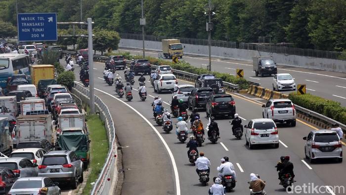 Puluhan sepeda motor masuk ke Tol Dalam Kota, Jakarta. Mereka adalah massa FPI yang mengiringi kepulangan Habib Rizieq Shihab.