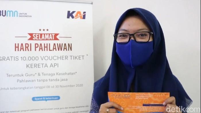Rona bahagia terpancar dari wajah seorang guru di Surabaya, Usman. Di Hari Pahlawan, ia mendapat voucher atau tiket gratis dari PT KAI Daop 8 Surabaya.