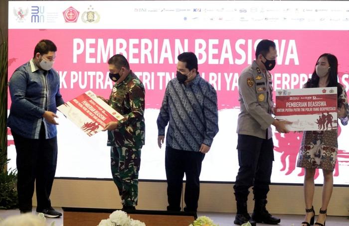 Putra - putri para prajurit TNI dan anggota Polri tetap meraih prestasi dalam pendidikannya di perguruan tinggi di saat orang tua mereka bekerja keras mengamankan Tanah Air