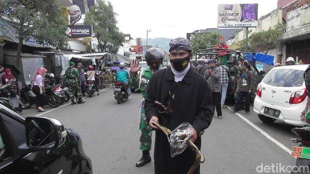 Saat Jenderal Soedirman dan Sultan Mahmud Badaruddin ingatkan tentang protokol kesehatan COVID-19 di Banjarnegara. Keduanya merupakan anggota Kodim 0704 Banjarnegara, Selas (10/11/2020).