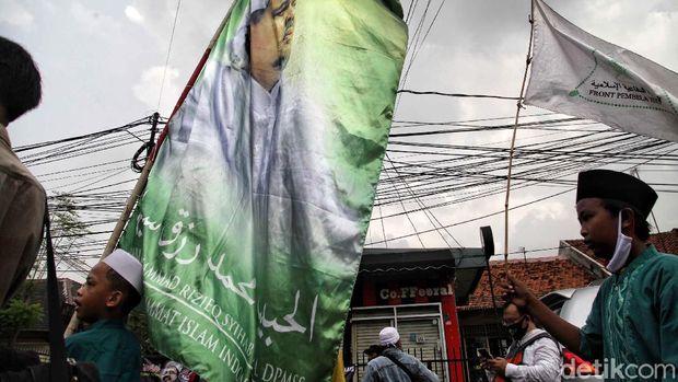 Imam Besar FPI Habib Rizieq Shihab dijadwalkan tiba di Indonesia pagi ini. Massa FPI telah berkumpul di Markas FPI, Jalan Petamburan, Jakarta. Begini potretnya.