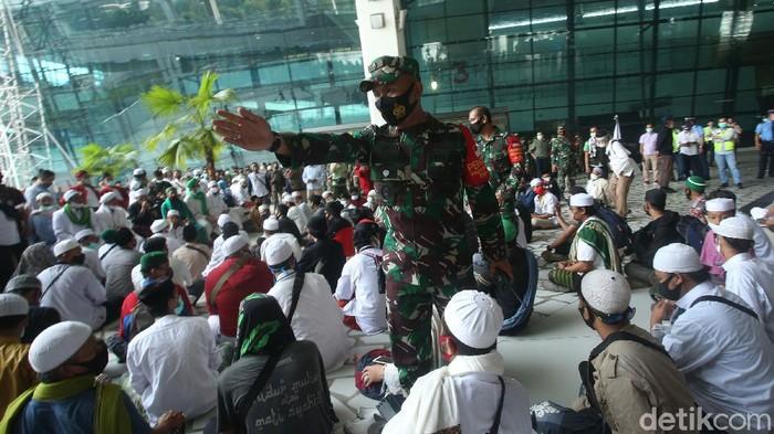 Sejumlah massa mendatangi T3 (Terminal 3) Bandara Soekarno Hatta, Tangerang, Banten, Selasa (10/11/2020). Sambut kedatangan Rizieq, mereka pun bershalawat.