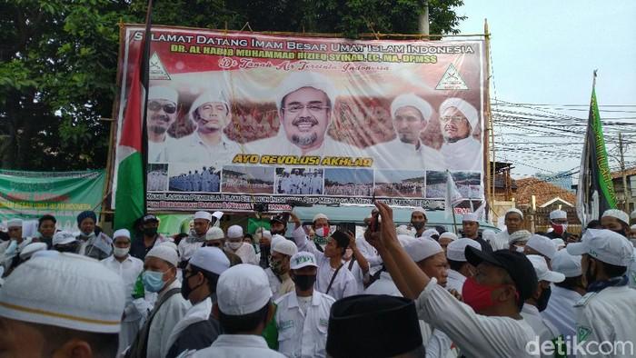 Suasana kawasan Petamburan jelang kedatangan Habib Rizieq.
