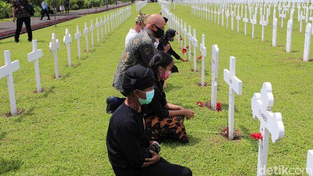 Lantunan lagu Auld Lang Syne mengiringi peringatan jatuhnya ribuan korban perang yang dimakamkan di Ereveld Pandu, Kota Bandung pada Selasa (10/11/2020). Suara khas yang keluar dari lubang doedelzak (bagpipes) atau tas pipa membuat peringatan bersama yang dilakukan Lokra dan Oorlogsgraven Stichting Indonesie semakin syahdu.