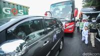 Seorang pramugari sebuah maskapai juga turut terjebak kemacetan di dalam kendaraannya. Bertepatan dengan kepulangannya Habib Rizieq, massa pun berbondong-bondong menuju bandara. Kedatangan Habib Rizieq tersebut disambut oleh massa yang sejak malam bergerak menuju bandara.