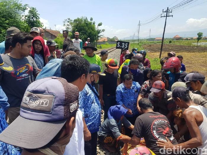 Seorang wanita di Kecamatan Leces, Kabupaten Probolinggo tewas tertabrak kereta api. Warga menduga ia bunuh diri.