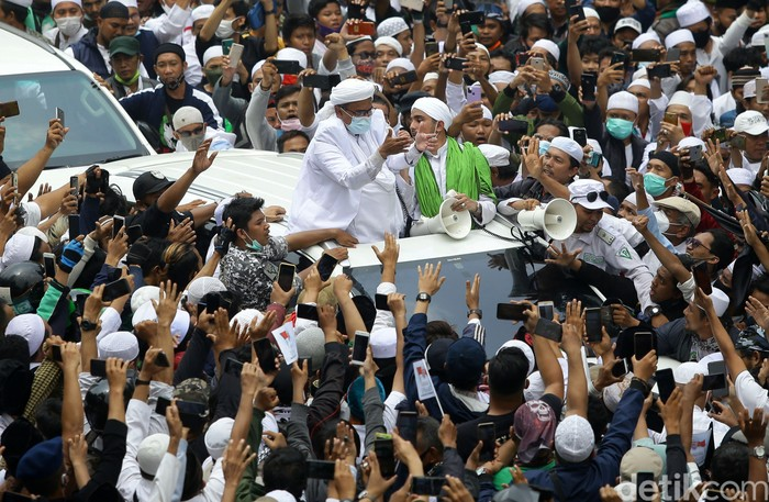 Imam Besar FPI Habib Rizieq Shihab tiba di kawasan Slipi, Jakarta. Ia disambut lautan manusia, Selasa (10/11).