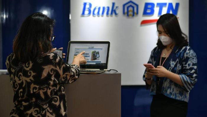 Pandemi COVID-19 membuat transaksi perbankan secara online meningkat pesat. Salah satunya adalah nasabah Bank BTN yang makin makin aktif bertransaksi melalui mobile banking.
