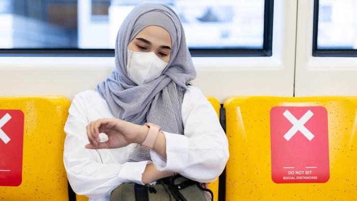 Ilustrasi wanita muslim di kereta.