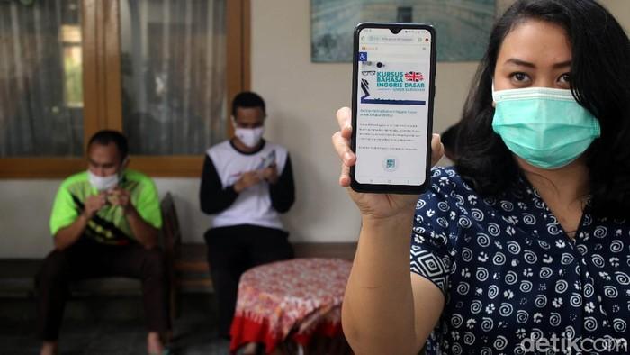 Siswa SLB A di Yogyakarta melaksanakan uji coba dan simulasi kelas secara daring. Hal itu dilakukan sebagai bagian persiapan kelas daring selama masa pandemi.