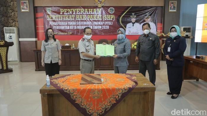 Wali Kota Mojokerto Ika Puspitasari atau Ning Ita terus berupaya mengamankan lahan aset daerah. Ia baru saja membuat 52 bidang tanah mendapatkan sertifikat atas nama Pemkot Mojokerto.