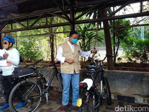Anies menghadiri HUT NasDem dengan bersepeda dan menyapa lansia di panti sosial, Jaksel (Tiara Aliya/detikcom)