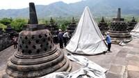 Sejumlah pekerja menutup stupa menggunakan terpaulin di kompleks candi Borobudur, Magelang, Jateng, Rabu (11/11/2020).