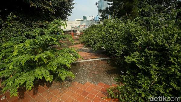 Penampakannya kontras dengan area M Bloc Space yang ramai dikunjungi milenial dan Stasiun MRT yang menjadi tempat masyarakat lalu lalang.
