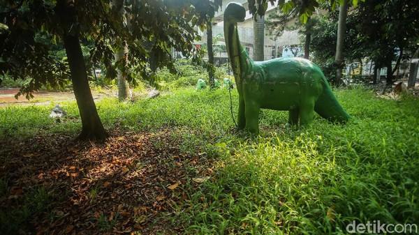 Taman Martha Tiahahu kini tak sedap dipandang mata. Pohon di taman itu bersisihan dengan rumput liar, sedangkan patung-patung binatang dan lantai berlumut.
