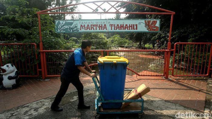 Taman Martha Tiahahu di Blok M, Jakarta Selatan tak terurus. Pengelola menjelaskan penyebab hingga taman yang ada di pusat kota tersebut terbengkalai