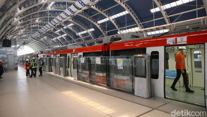 Operasi LRT Jabodebek mundur dari target. Awalnya ditargetkan bisa beroperasi di akhir 2021, namun kini mundur ke pertengahan 2022.