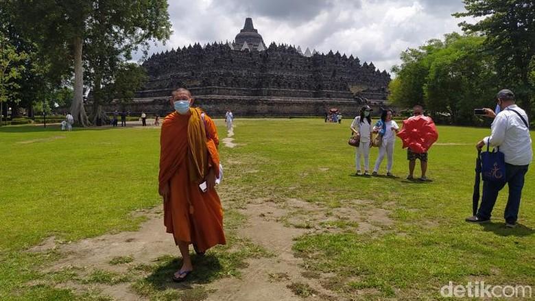 Penutupan Candi Borobudur di Magelang pasca erupsi Merapi.