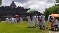 Wisatawan tetap datang seperti biasa, hanya tidak dibolehkan masuk ke daerah stupa yang tengah dipasangi terpaulin(Eko Susanto/detikTravel)