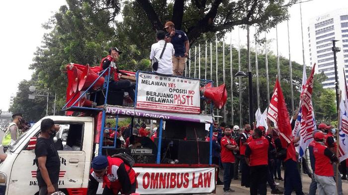 Massa KSBSI demo di depan Balai Kota DKI meminta Gubernur Anies menaikkan UMP 2021 tanpa syarat, Rabu (11/11/2020)