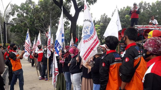 Massa KSBSI demo di depan Balai Kota DKI meminta Gubernur Anies menaikkan UMP 2021 tanpa syarat, Rabu, (11/11/2020).