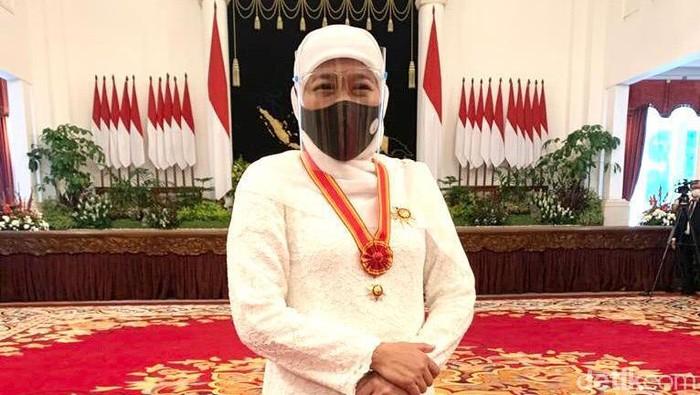 gubernur khofifah dapat penghargaan dari jokowi