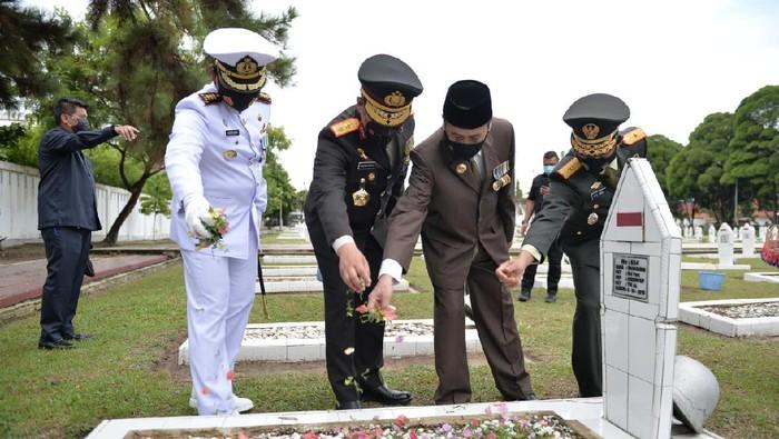 Gubernur Riau Syamsuar (berpeci hitam) saat ziarah di TMP (dok. Istimewa)