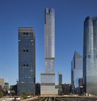 35 Hudson Yards adalah bangunan hunian tertinggi dari proyek Hudson Yard. Bangunan ini menampung 143 unit apartemen dan hotel mewah yang memiliki lebih dari 11 lantai. Bangunan 72 lantai itu menonjol di mata juri karena mengggunakan campuran bahan bangunan khusus. Fasadnya terbuat dari batu kapur dan kaca Bavaria sehingga penampilannya menjadi unik. (Foto: Dave Burk_ Courtesy SOM)